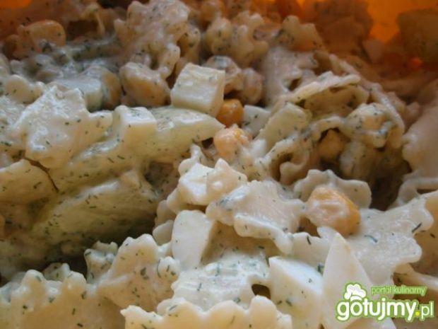 Sałatka makaronowa z sosem koperkowym