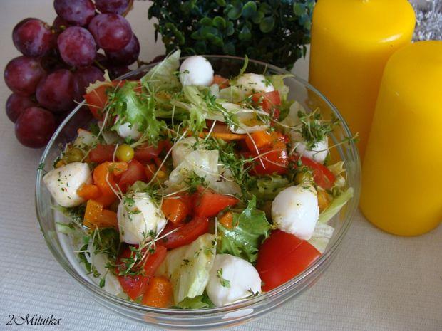 Sałatka na sałacie z mozzarellą