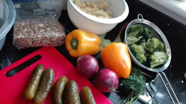 Sałatka obiadowa z ogórkami i żółtą papryką
