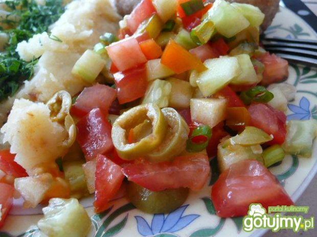 Sałatka obiadowa z oliwką i papryką