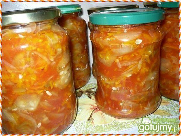 Sałatka ogórkowa w sosie pomidorowym