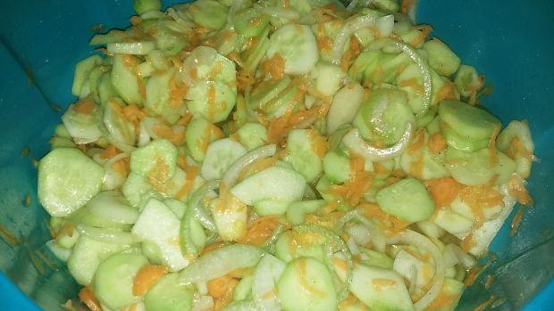 Salatka ogórkowa z marchewką na zimę
