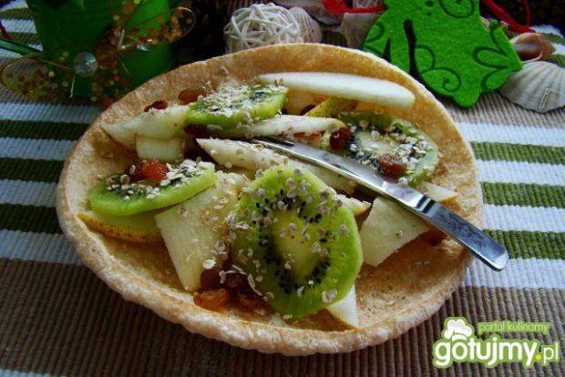 Sałatka owocowa na jadalnym talerzyku