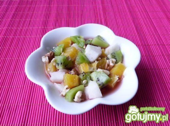 Sałatka owocowa z winem i orzechami