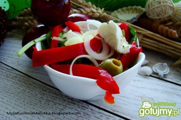 Sałatka paprykowa z mozzarellą i oliwkam