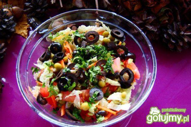 Sałatka pekińska z szynką i oliwkami