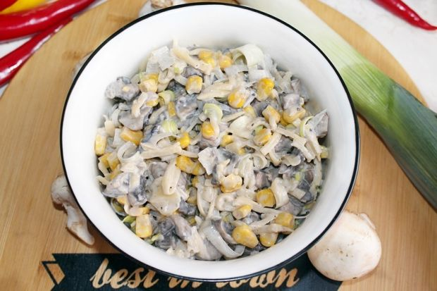 Sałatka pieczarkowo-serowa z kukurydzą i sosem czo