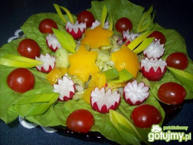 Sałatka pod gwiazdami z sosem ziołowym