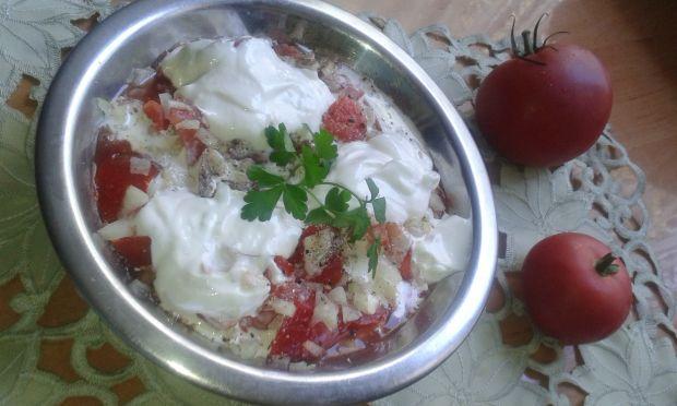 Sałatka pomidorowa pod pierzynką jogurtową