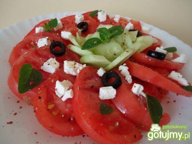 Sałatka pomidorowo-ogórkowa z oliwkami