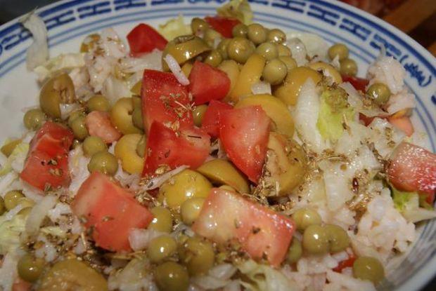 Sałatka ryżowa z groszkiem i salata.