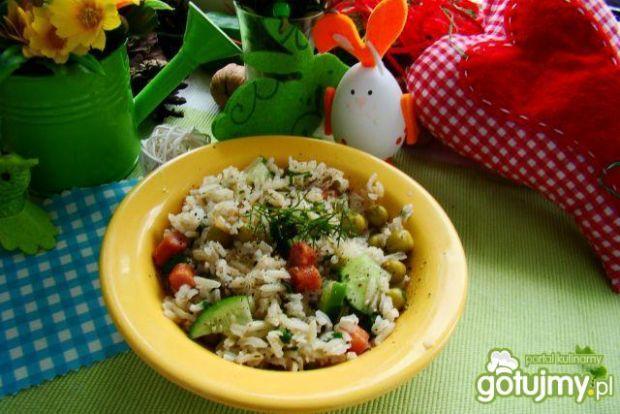 Sałatka ryżowa z kabanosem i groszkiem