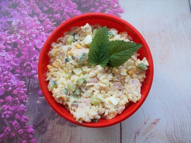 Sałatka ryżowa z kiełbasą i jajkami