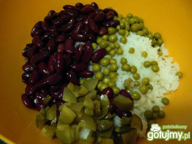 Sałatka ryżowa z kurczakiem, fasolą i...