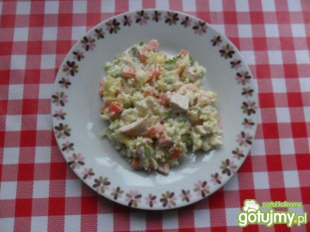 Sałatka ryżowa z kurczakiem i dymką