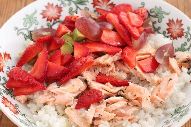 Sałatka ryżowa z łososiem na parze