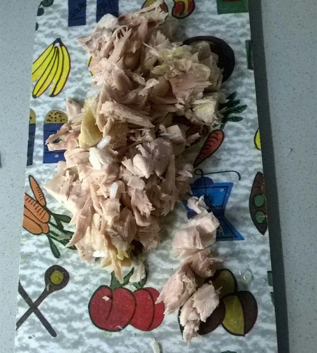 Sałatka ryżowa z mięsem i czerwoną papryką
