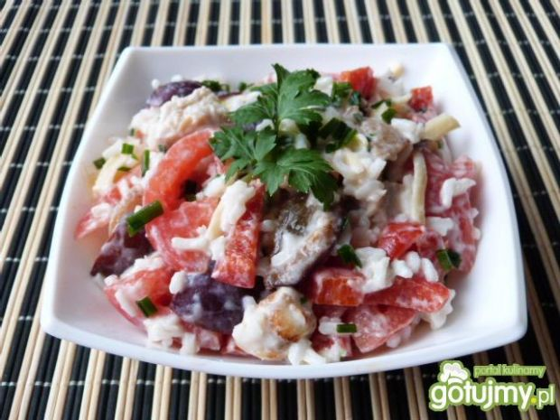 Sałatka ryżowa z mięsem, papryką i serem