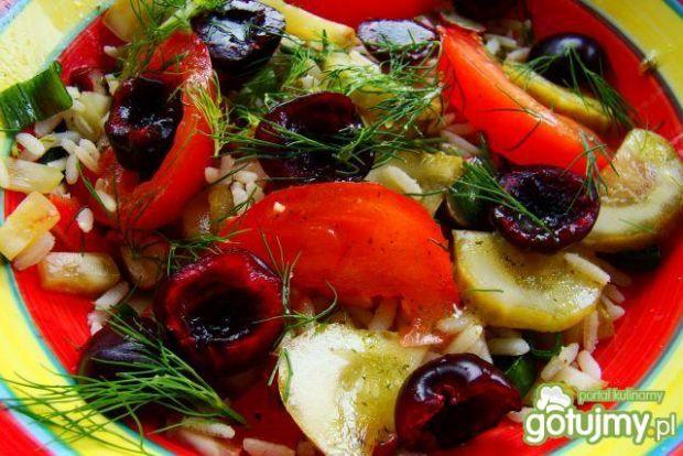 Sałatka ryzowa z ogórkami i czereśniami