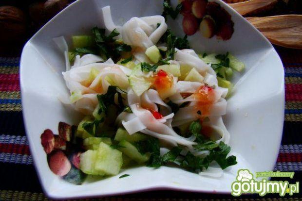 Sałatka  ryżowa z ogórkiem i sosem chill