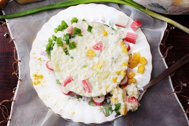 Sałatka ryżowa z paluszkami surimi i nutą curry