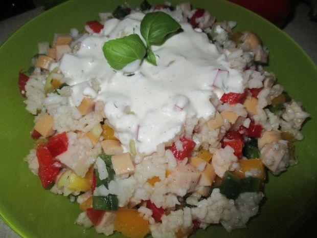 Sałatka ryżowa z parówkami