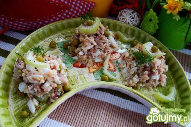Sałatka ryżowa z selerem i tuńczykiem