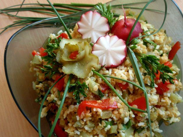 Sałatka ryżowa z soczewicą czerwoną.