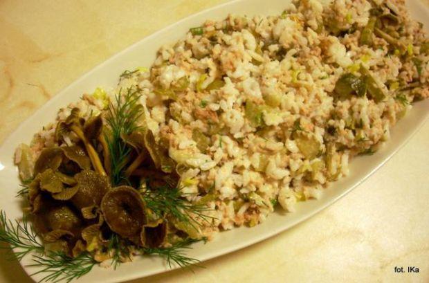 Sałatka ryżowa z tuńczykiem i trąbkami