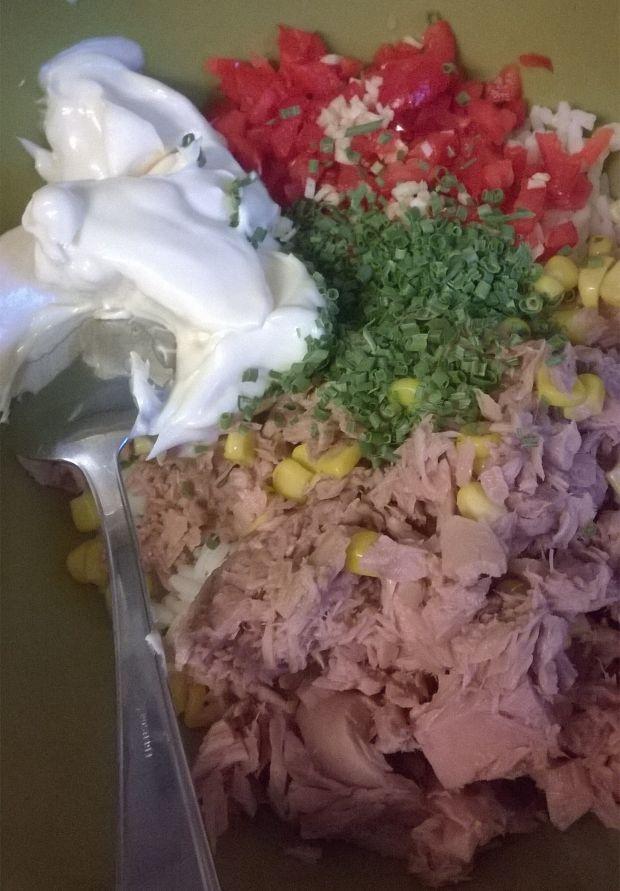 Sałatka ryżowa z tuńczykiem, papryką, kukurydzą
