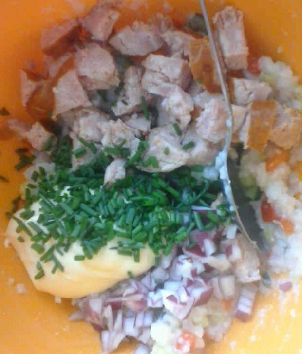 Sałatka ryżowa z warzywami i kiełbasą