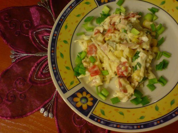 Sałatka selerowa z serem żółtym i szynką