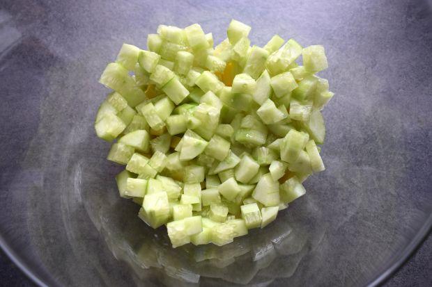 Sałatka serowa z awokado i ogórkiem