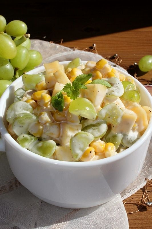 Sałatka serowa z kukurydzą i winogronem
