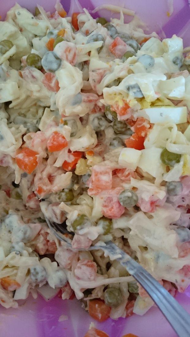 Sałatka serowo-jajeczna z marchewką i groszkiem