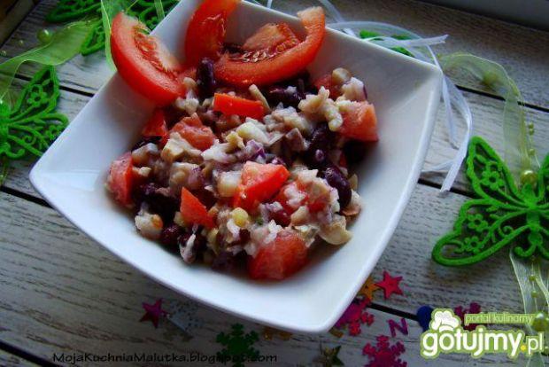 Sałatka śledziowa z fasola i pomidorem