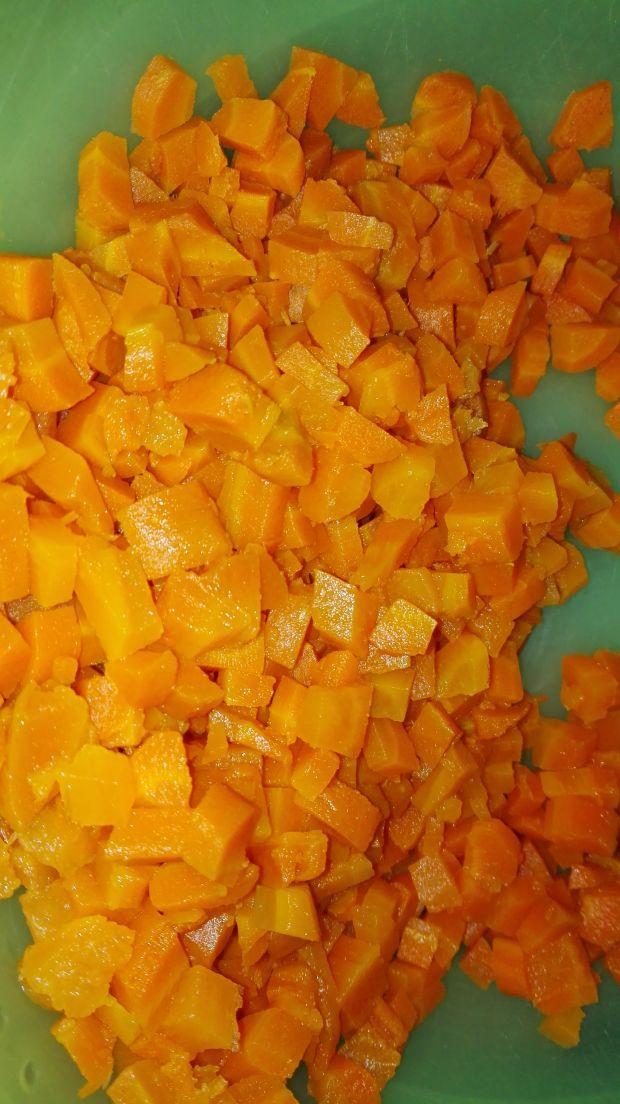 Sałatka śledziowa z groszkiem i marchewką