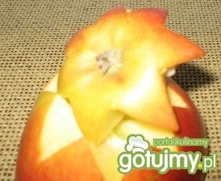 Sałatka śledziowa z rodzynkami w jabłku