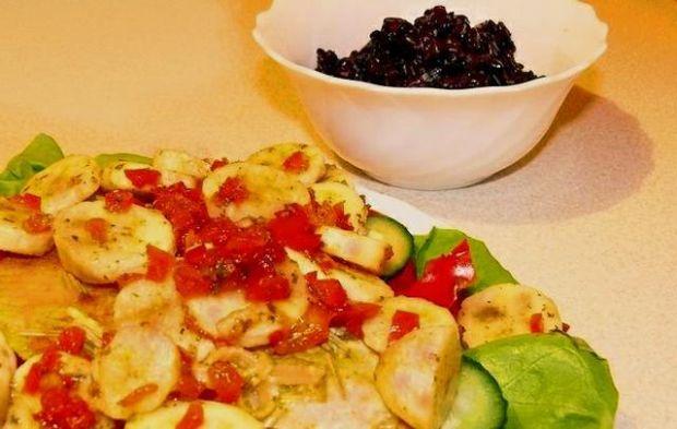 Sałatka słodko-ostra z solą i bananem