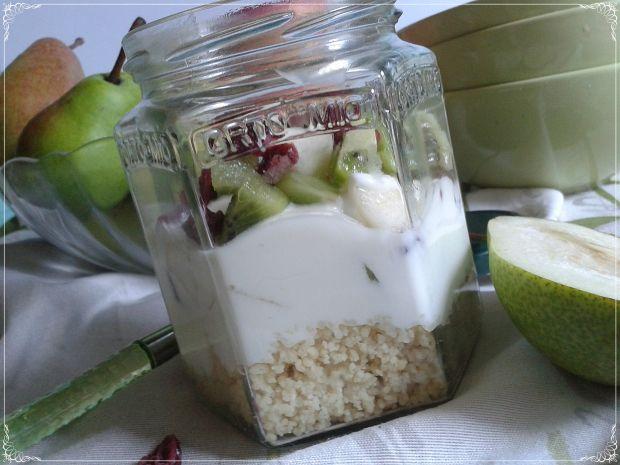 Sałatka śniadaniowa z kaszą kuskus i owocami