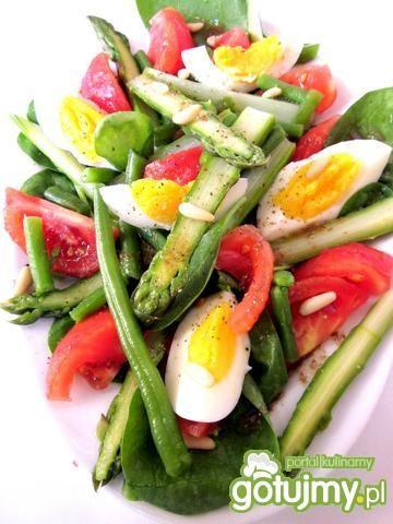 Sałatka szparagowa z jajkiem i pomidorem