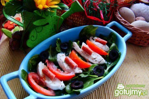 Sałatka szpinakowa z mozzarellą i oliwka
