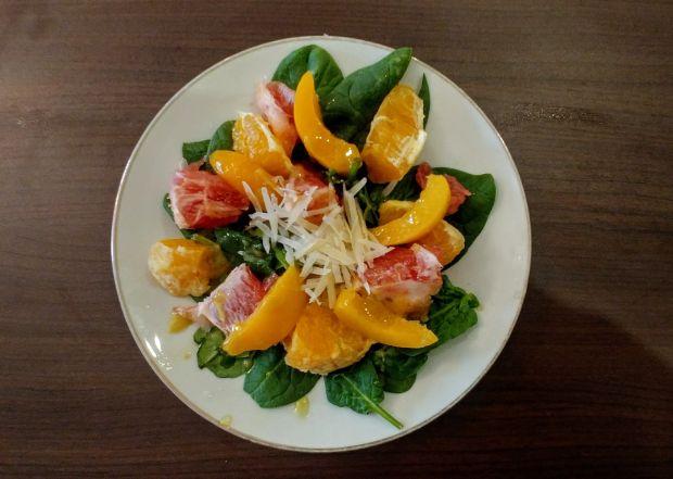 Sałatka szpinakowo-owocowa
