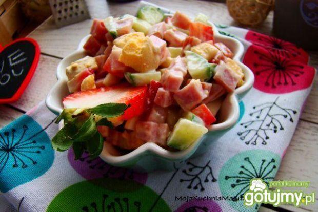 Sałatka szynkowa z truskawkami