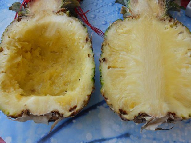 Sałatka w ananasie z wędzonym kurczakiem
