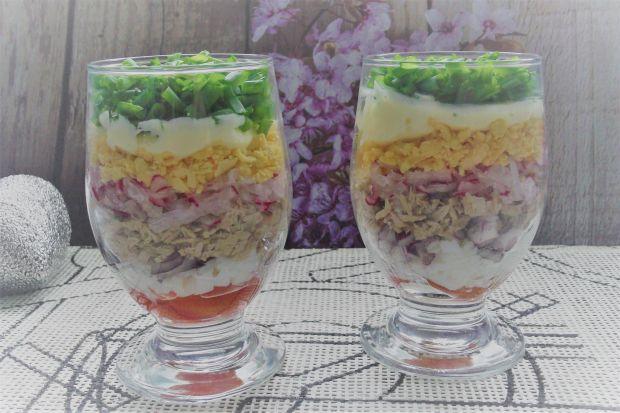 Sałatka w pucharkach z tuńczykiem