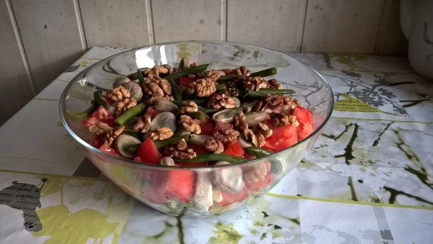 Sałatka warstwowa z fasolką, bobem i orzechami