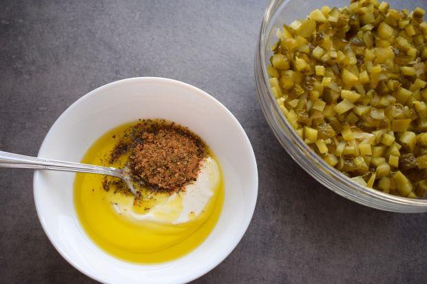 Sałatka warstwowa z jajkiem i szczypiorkiem