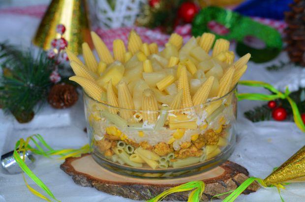 Sałatka warstwowa z makaronem i nutą słodkości