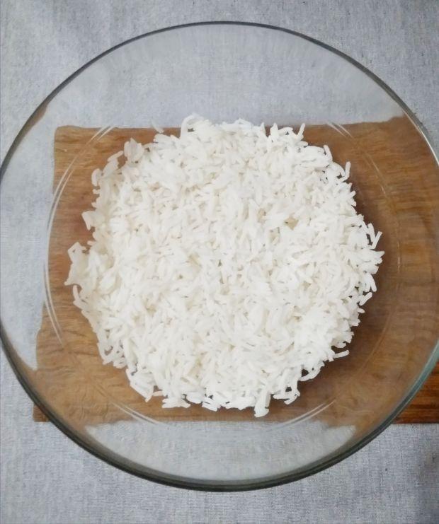 Sałatka warstwowa z ryżem i kurczakiem